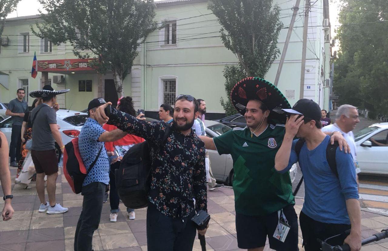 В Махачкалу прилетели футбольные болельщики из Мексики