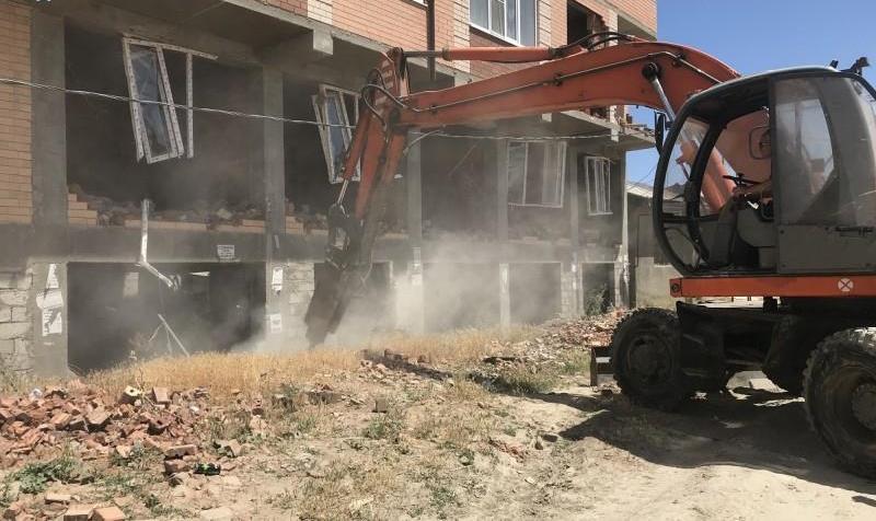 В поселке Семендер начался демонтаж9-этажного здания