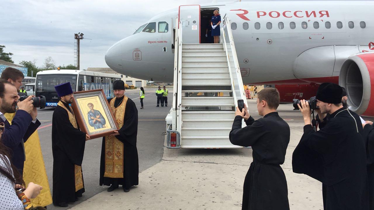 В Махачкалу привезли икону и частицу мощей святого Иоанна Русского