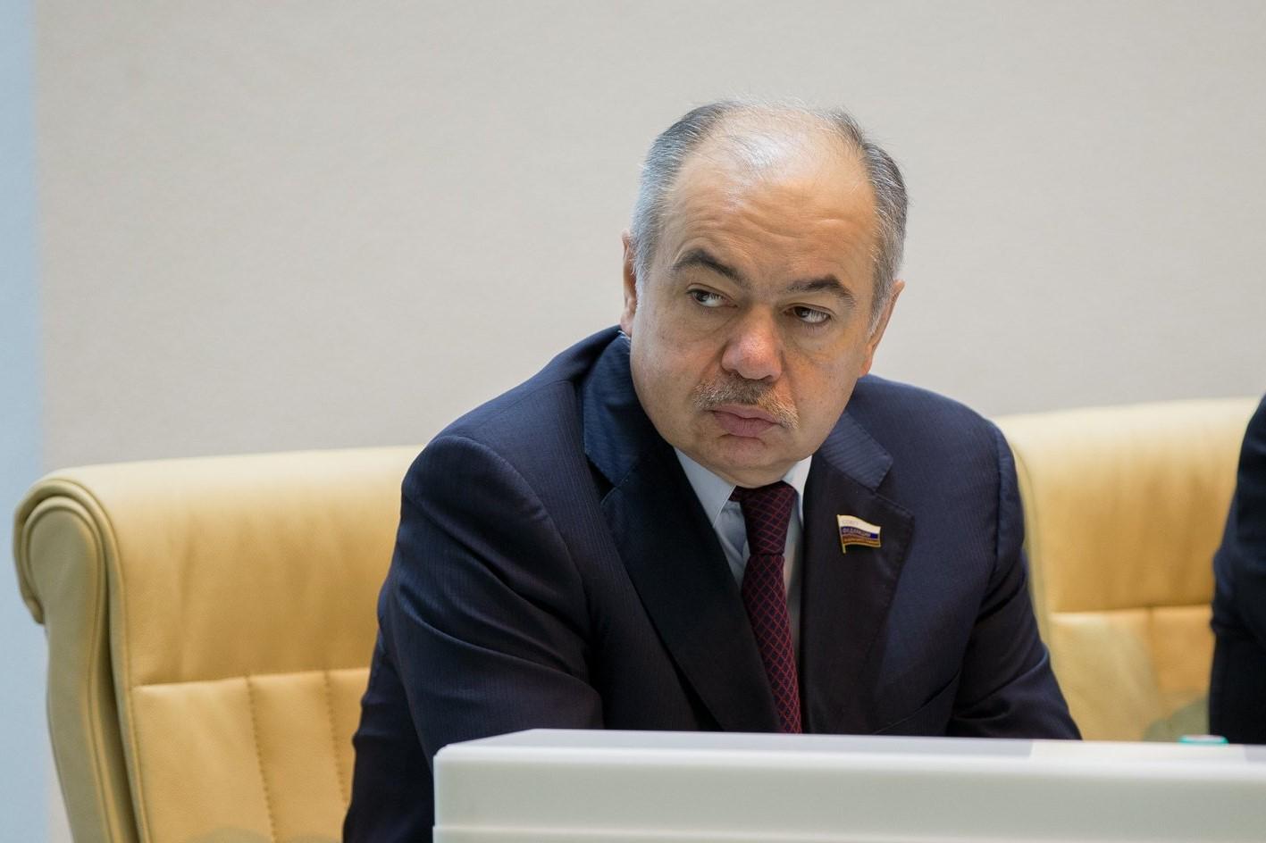 Ильяс Умаханов вновь избран вице-спикером Совета Федерации