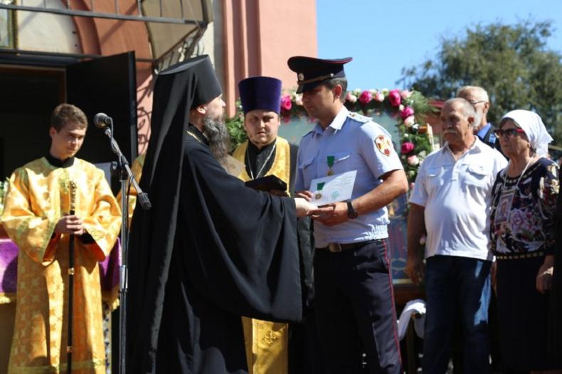 Патриарх Кирилл наградил раненных при нападении на храм в Кизляре полицейских